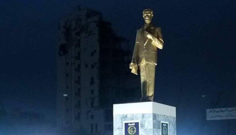 Foto: Deir ez Zorā atkal mirdz zeltīta nelaiķa al Asada statuja