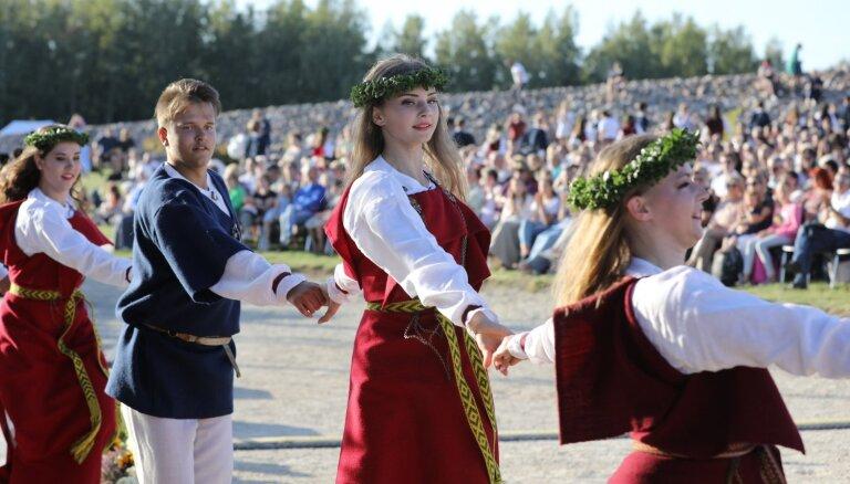 Foto: Likteņdārzā par godu Baltijas ceļam izskanējis koncerts 'Saule. Pērkons. Daugava'