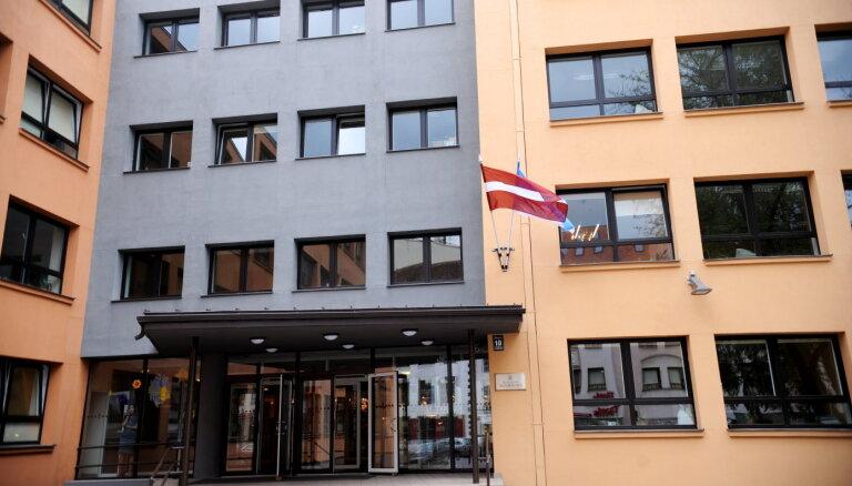 Nepilngadīgais nonāk uz apsūdzēto sola pēc maldināšanas par spridzekli Rīgas 3. ģimnāzijā