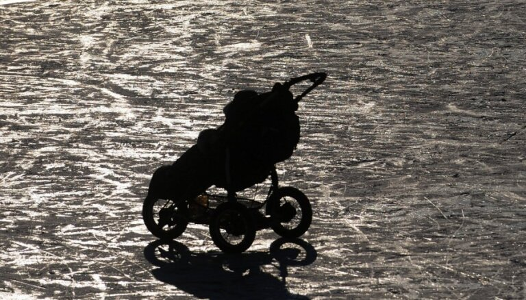 Zīdainis un pastaigas ziemā