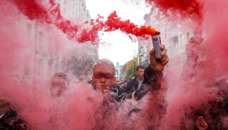 Kijevā tūkstošiem cilvēku protestē pret plānu noteikt īpašu statusu Donbasam