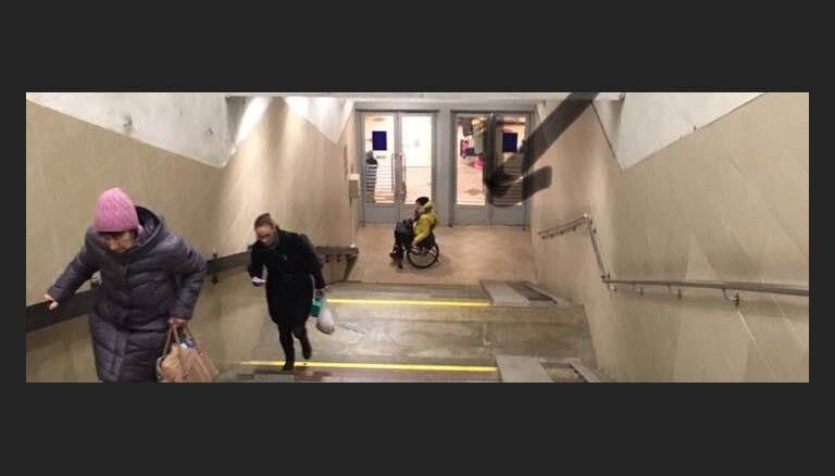 Salūzis pacēlājs Rīgas stacijā nokļūšanu vilcienā pasažierei ratiņkrēslā pārvērtis par 'karadarbību'