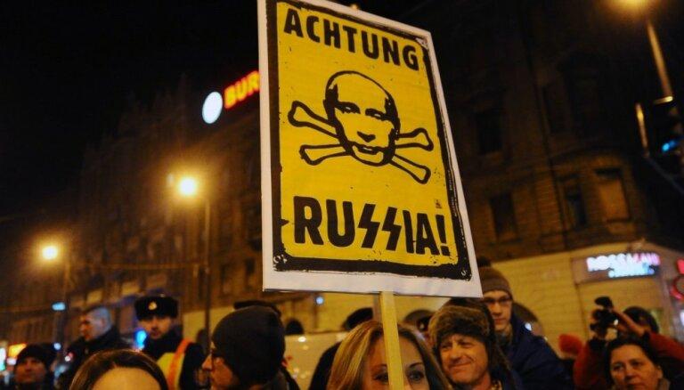 Foto: Putina vizītes dēļ Budapeštas ielās pulcējas protestētāju tūkstoši