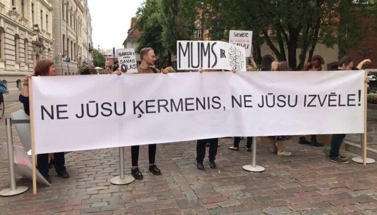 'Stulbi likumi – Latvijas 'Nokia'': piketē pret nedzemdējušu sieviešu ierobežošanu