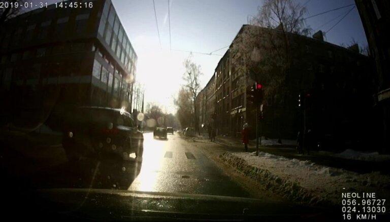 Video: Auto Rīgā viens pēc otra aiztraucas pie sarkanās gaismas
