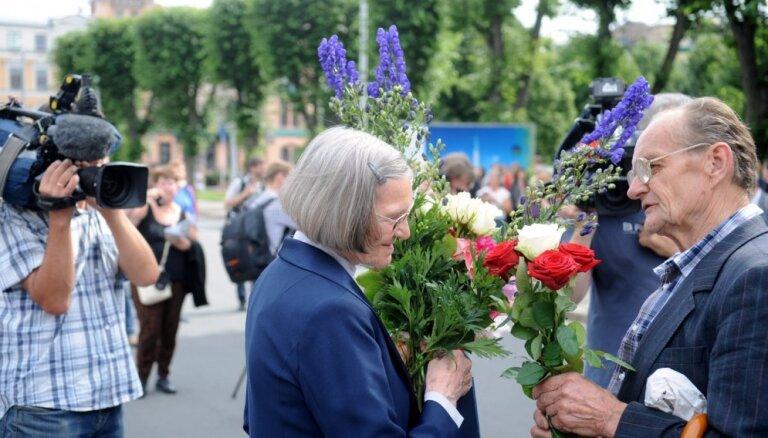 Foto: Gājienā uz Stūra māju vismaz 100 cilvēku svin Lidijas Lasmanes 90 gadu jubileju