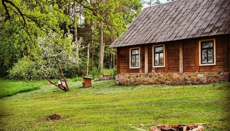 Ardievas Purvciema komfortam. Lauku māju atdzīvinātāju Kaspara un Lindas miera osta Madonā
