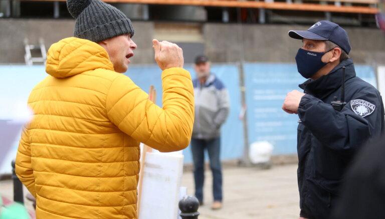 ФОТО: В Риге прошел пикет противников ношения масок
