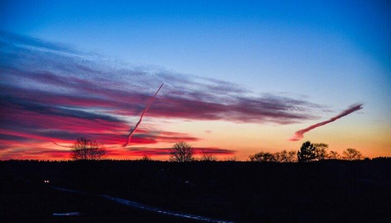 Krāšņi foto: Aculiecinieks iemūžina 'mistisku' saulrietu Ventspilī