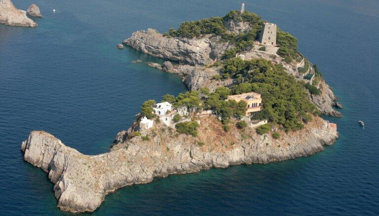 Savdabīga sala Itālijas krastos, kas izskatās pēc delfīna