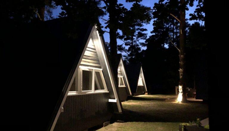 ФОТО. Домики на берегу: кемпинг у озера Усмас, открывшиеся для посетителей в этом году