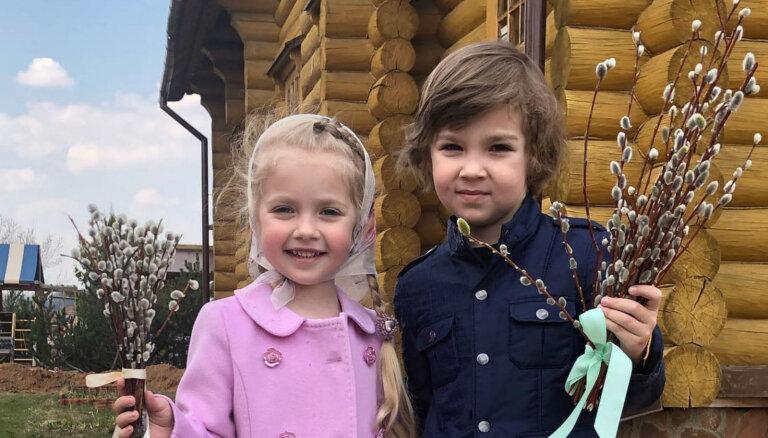 Ģimeniski kadri: Galkins un Pugačova ar bērniņiem svin Lieldienas