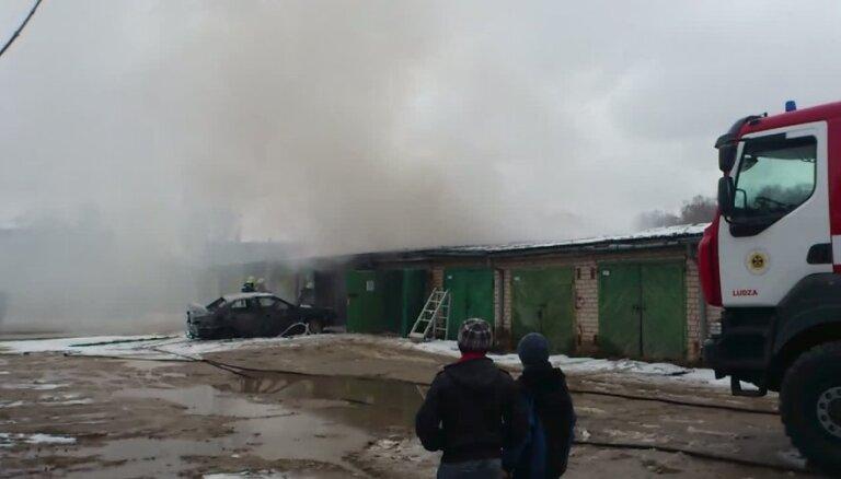 Automašīnas gāzes balona eksplozijā kādā autoservisā Rīgā cieš divi vīrieši