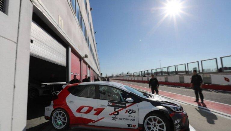 Foto: Jānis Baumanis izmēģina 'TCR International' autošosejas bolīdu