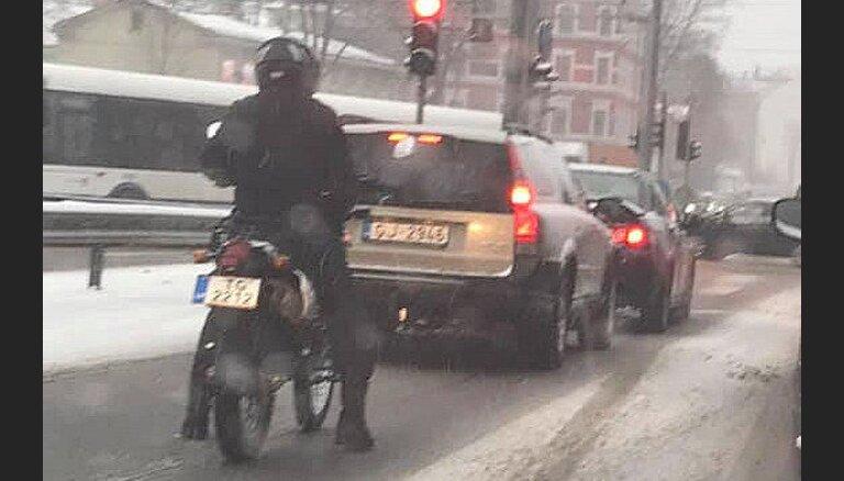 Foto: Piektdienas sniegotajā Rīgā izbraucis kāds drosmīgs motociklists