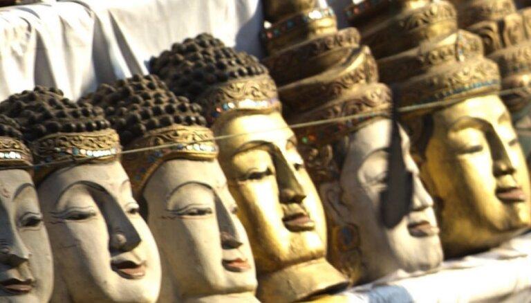 Туристов посадили в тюрьму за поцелуй статуи Будды