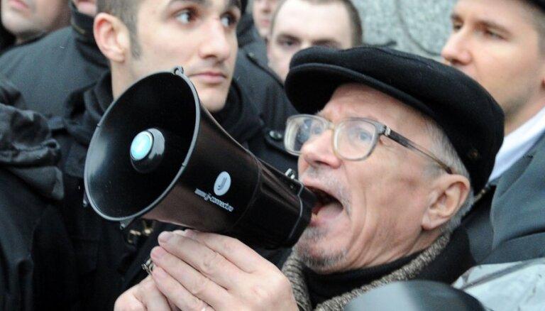 Лимонов назвал нобелевскую лауреатку травоядным писателем