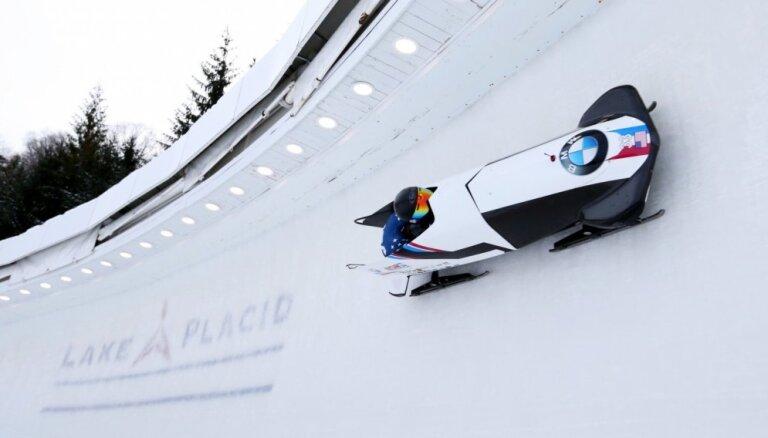 Silto laikapstākļu dēļ bobslejistiem Leikplesidas trasē atceļ treniņus pirms PK pirmā posma