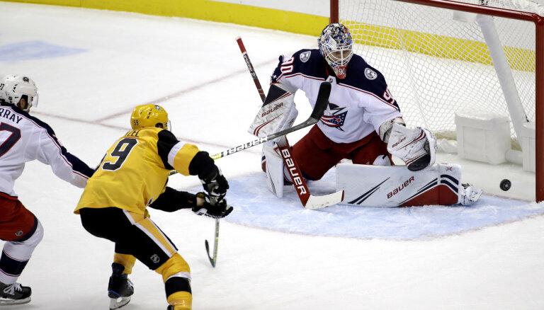 Вратарь сборной Латвии Мерзликин дебютировал в НХЛ с семи пропущенных шайб. Одну забил Блюгерс