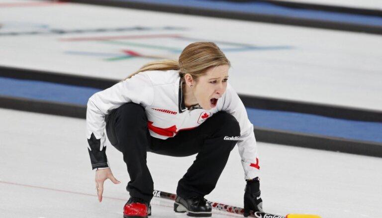 Olimpiskajā kērlinga turnīrā jauktajiem pāriem četras komandas dala pirmo vietu