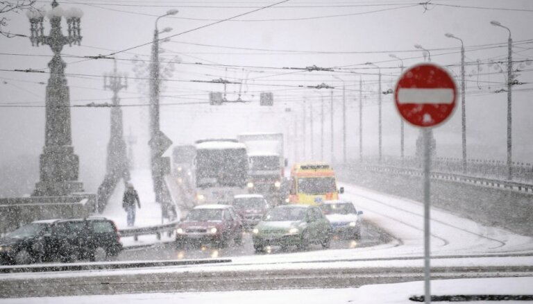 """Синоптики: с пятницы Латвию несколько раз """"накроют"""" снегопады и дожди"""