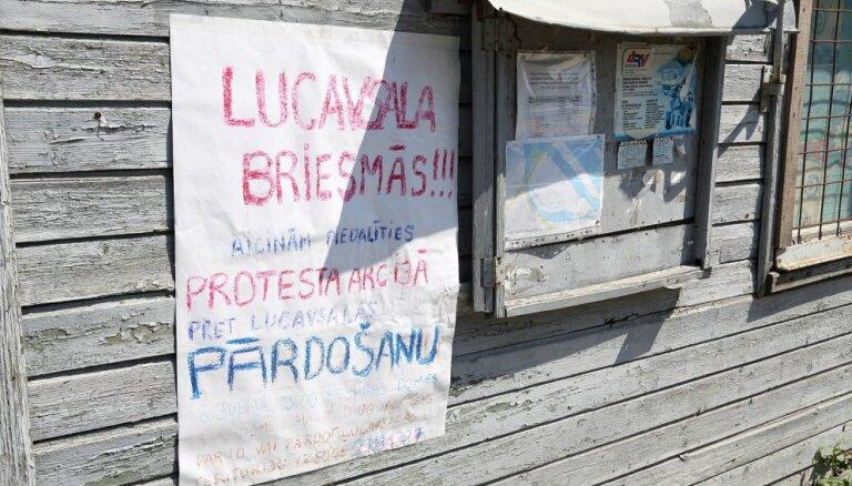 Daži desmiti pulcējas gājienam pret Lucavsalas pārdošanu