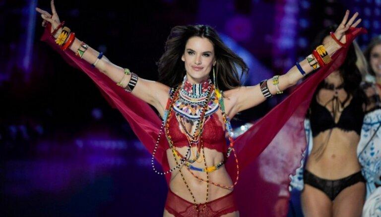 ФОТО: В Шанхае прошло ежегодное шоу Victoria's Secret. Не обошлось без скандала