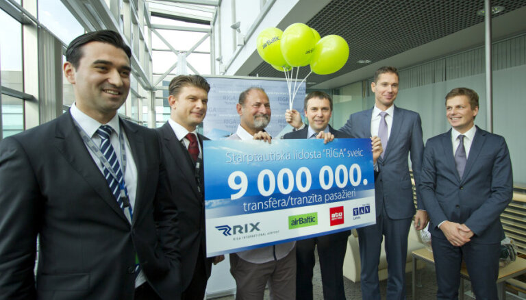 ФОТО: в Риге поздравили 9-миллионного авиапассажира