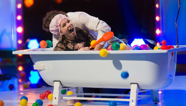 Video: Ieva Sutugova un Valters Krauze aušojas vannā