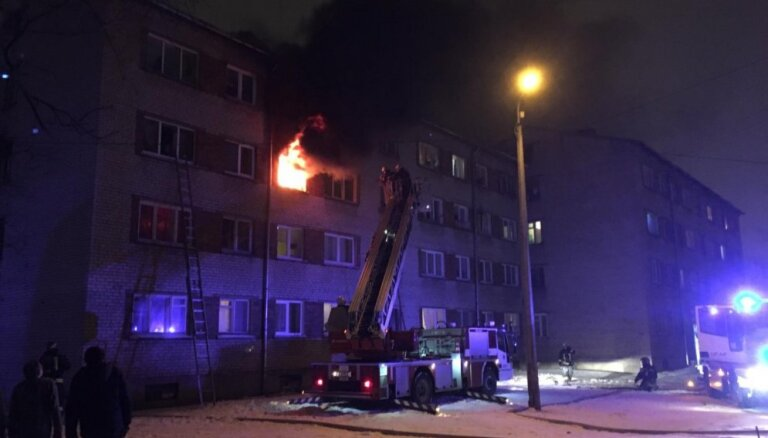 Foto: Ķengaragā ar atklātu liesmu dedzis dzīvoklis