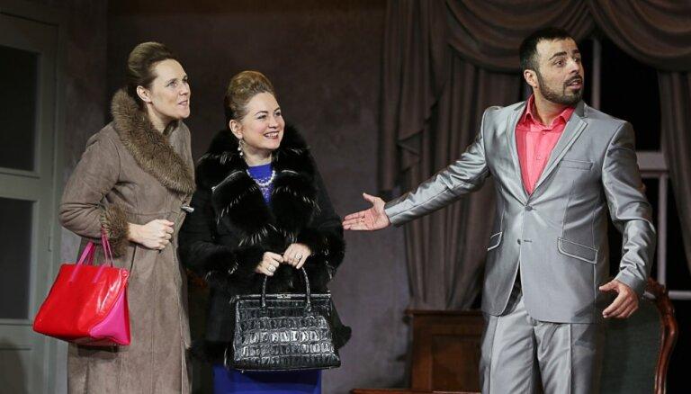 Foto: Daugavpils teātrī notikusi pirmizrāde komēdijai 'Revidents Sylagolā'