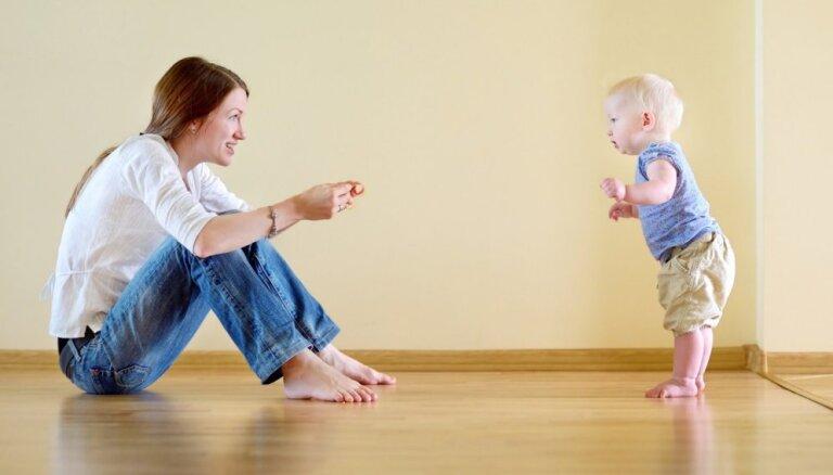 Pirmie soļi – kāpēc vecākiem bērnu nevajag steidzināt un stimulēt