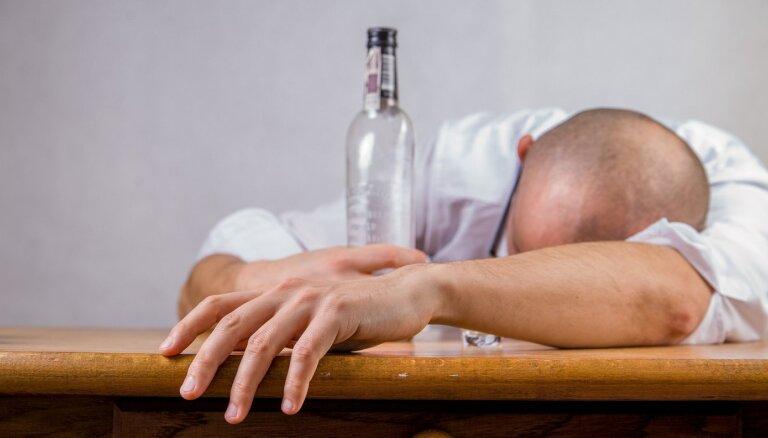 Минздрав предлагает 36 комплексов мероприятий для борьбы с алкоголизмом в Латвии