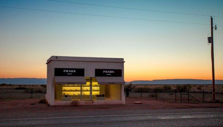 Kārtējo reizi izdemolēts mākslas darbs 'nekurienes vidū' - 'Prada' veikals