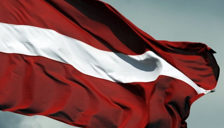 В Айзкраукле со здания суда украли флаг Латвии
