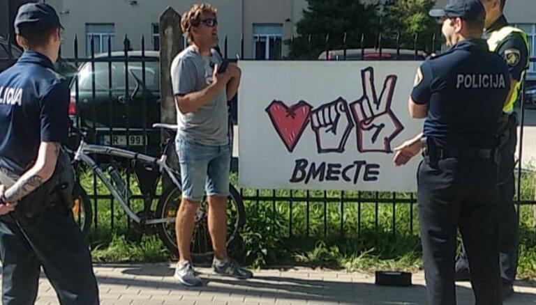 ФОТО. У посольства Белоруссии в Латвии прошел одиночный пикет, звучали песни Цоя