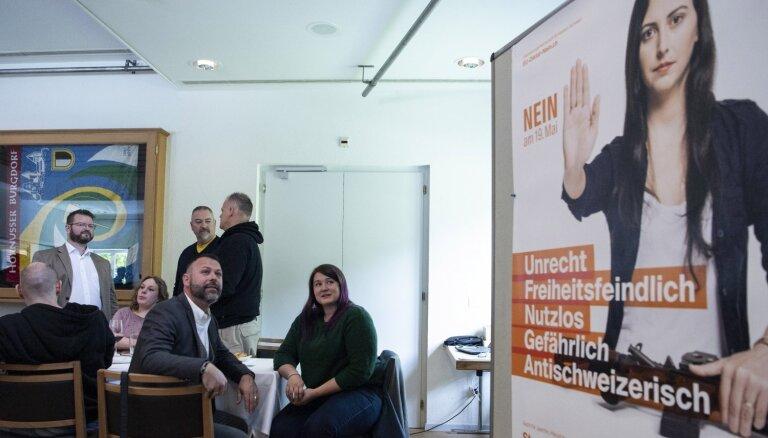 Šveicieši referendumā atbalsta stingrāku šaujamieroču kontroli