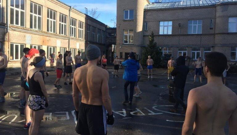 Foto: Rīgas ielās aizvadīts pliko skrējiens