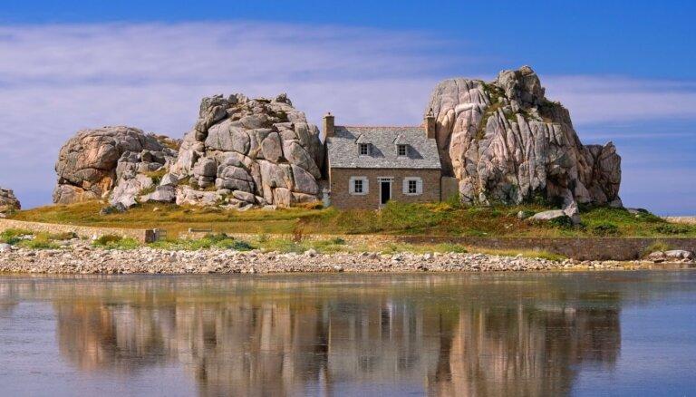 Trīs vietas Eiropā, kur meklēt starp akmeņiem iespiedušās mājiņas
