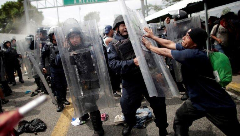 """Трамп счел ситуацию на границе с Мексикой """"гуманитарным кризисом"""""""