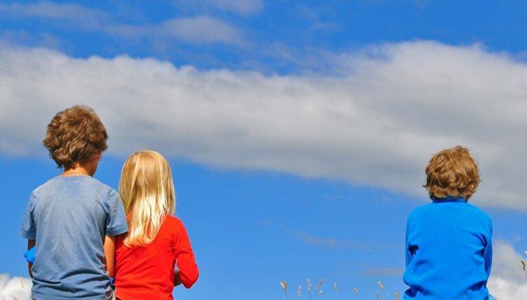 Amizanti fakti par ģimenēm, kurās audzina trīs bērnus