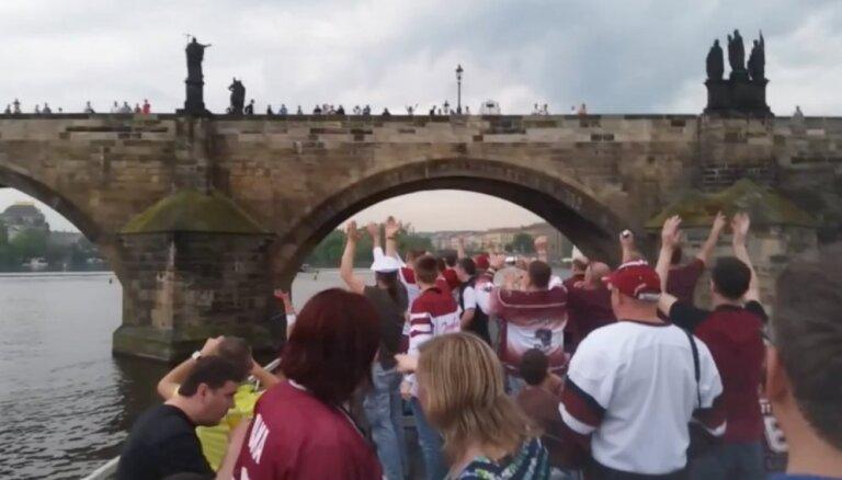 Video: Latvijas hokeja fani Prāgā līksmo uz kuģīša