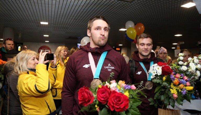 Foto: Mājās sagaidīti Phjončhanas olimpisko spēļu bronzas medaļnieki