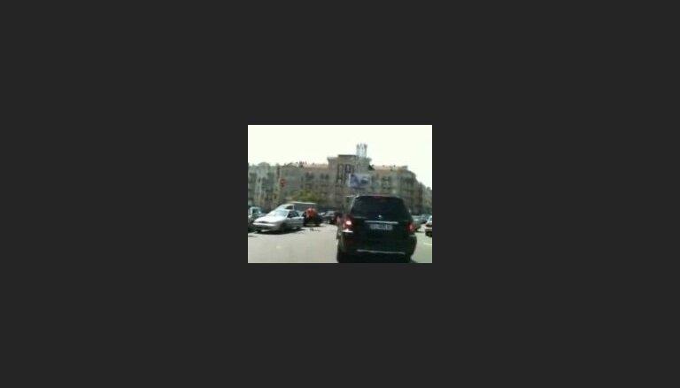 Kijevas tveicē šoferiem sakarst arī smadzenes