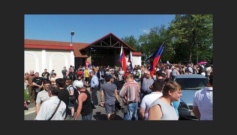 ВИДЕО: пикет у резиденции украинского олигарха, выступившего против сепаратистов