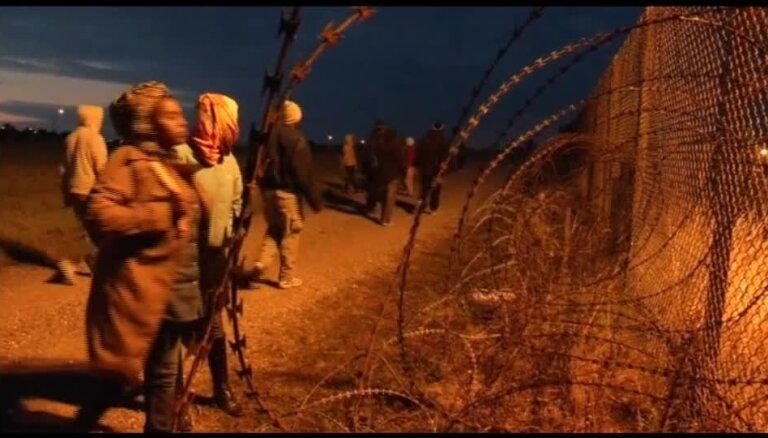 Francijas policija izjauc 1000 migrantu mēģinājumus iekļūt Lamanša tunelī
