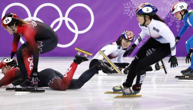 Dramatiski noslēdzas olimpiskā stafete šorttrekā sievietēm
