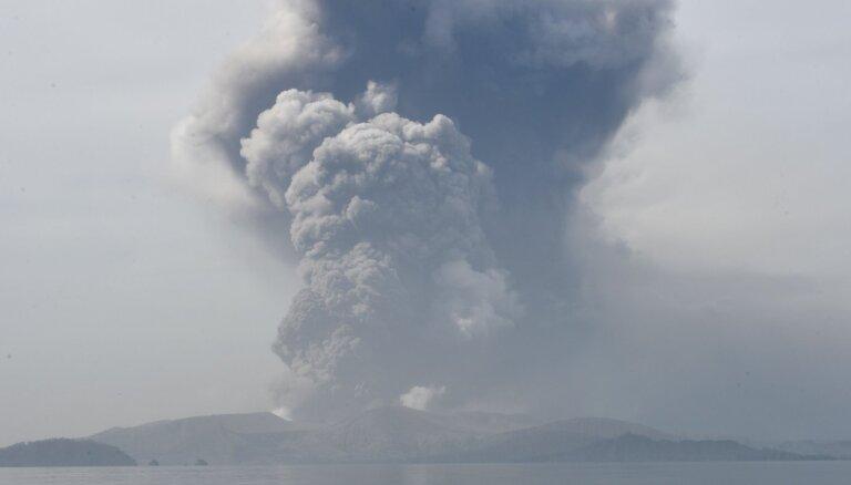 ФОТО: Вулкан Тааль на Филиппинах выпустил столб пепла высотой 1 км