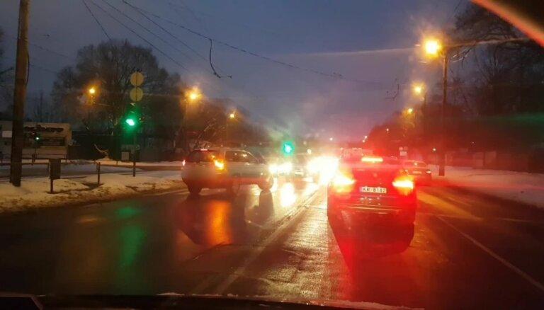 Aculiecinieka video: 'Volvo' pārkāpj noteikumus, bet policija nereaģē