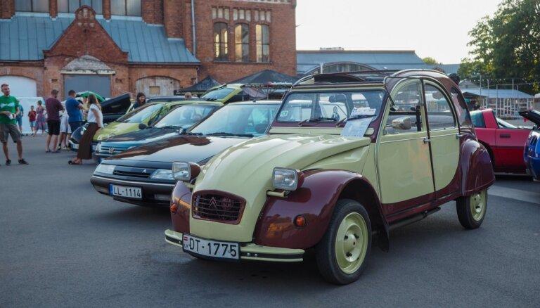 ФОТО: слет французских ретроавтомобилей на Агенскалнском рынке